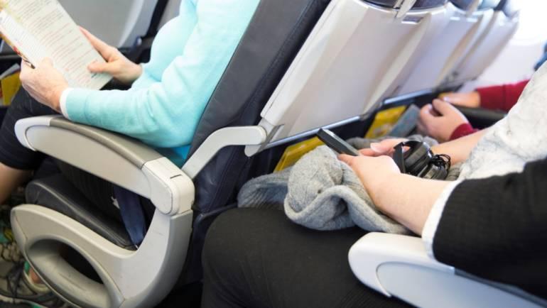 Vous prévoyez un long voyage en avion, en train ou en voiture ? Munissez-vous de bas de contention !